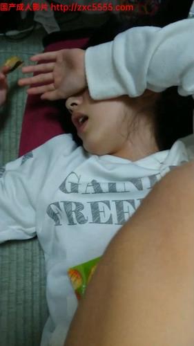超嫩00後高中小女友,才剛長毛,發育的不錯,睡熟中拿按摩棒玩嫩$茓弄出白漿(8V)
